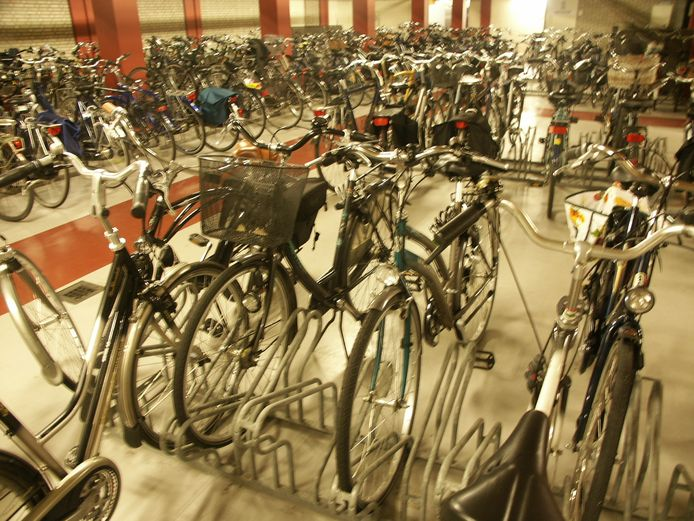 De fietsenstallingen aan het Achterom en Statenplein zijn vanaf dinsdag gesloten.