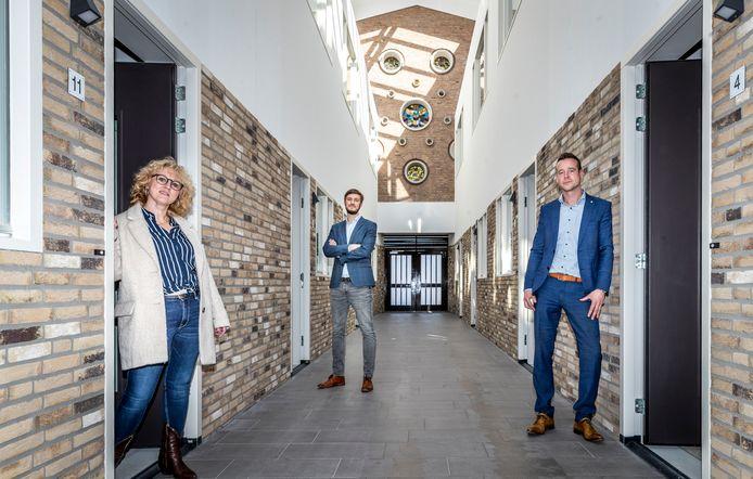 Vlnr: Jane van Balveren (woonmakelaar Woonmeij), wethouder Rik Compagne en Mark Wonders (directeur Woonmeij) zijn blij met de realisering van veertien woningen in de voormalige Boskantse Ritakerk.