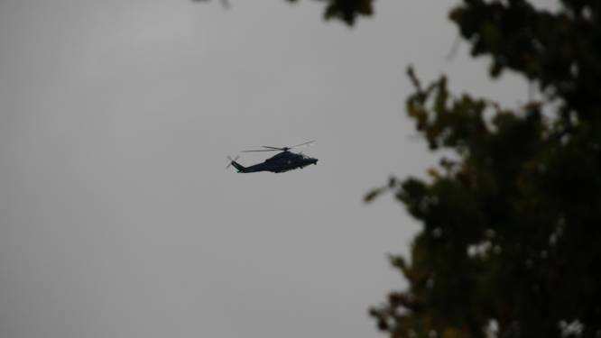 Politiehelikopter boven Rijssen omdat man langs spoor afval aan het rapen is