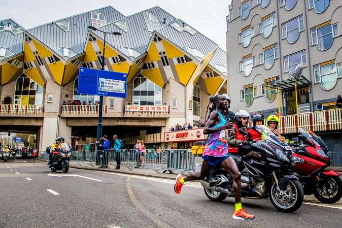 Kenneth Kipkemoi tijdens de NN marathon van Rotterdam.