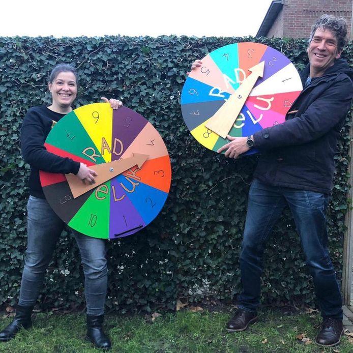 Wijkondersteuner Maaike Riswick en Alex van der Heijden (ONS welzijn) trokken met hun Rad van Geluk door de wijk.