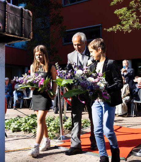'De koffer staat symbool voor de reis naar Nederland', Indisch & Moluks gedenkteken onthuld in Eindhoven