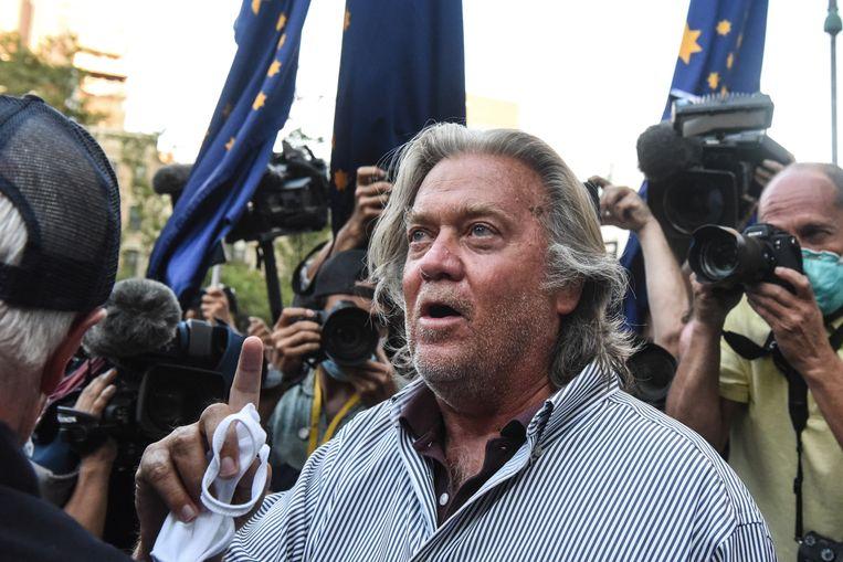 Steve Bannon bij zijn voorwaardelijke vrijlating, gisteravond. Beeld Getty Images