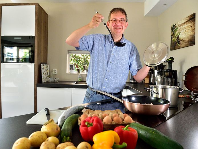 Peter van den Berg lijdt aan de ziekte van Parkinson en stelde daarover een dikke bundel met levensgeschiedenissen van talloze Nederlanders en Belgen samen. In huis kreeg Van den Berg een andere rol: hij kookt alle dagen.