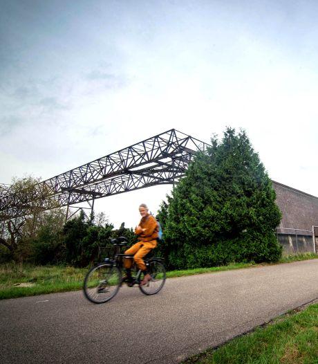 Kinderen fietsen spannende tocht met reus Rhijn langs de Waal