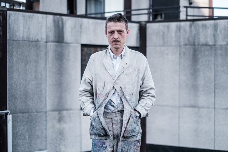 'Mijn schilderspak is gemaakt van hetzelfde linnen als de schildersdoeken zelf. Dichter bij het werk kan je niet komen.' Beeld Bob Van Mol