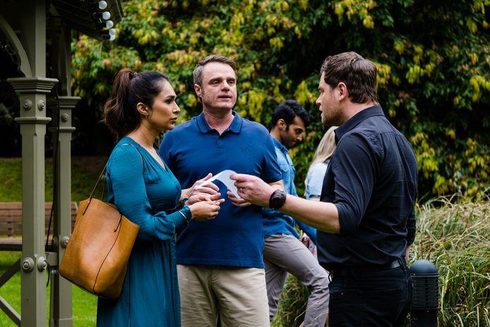 Sharon Johal (Dipi), Damien Richardson (Gary) en Nicholas Coghlan (Shane) in een aflevering van 'Neighbours'.