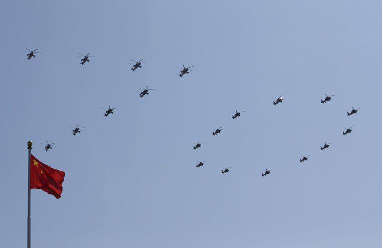 Militaire helikopters vormen het getal 70, om het einde van de Tweede Wereldoorlog, 70 jaar geleden, te herdenken. Beeld null