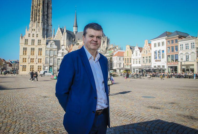 Burgemeester Bart Somers op het marktplein van 'zijn' Mechelen. Beeld