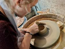 Pauline est une artiste du confinement: elle crée de la vaisselle pour des restaurants
