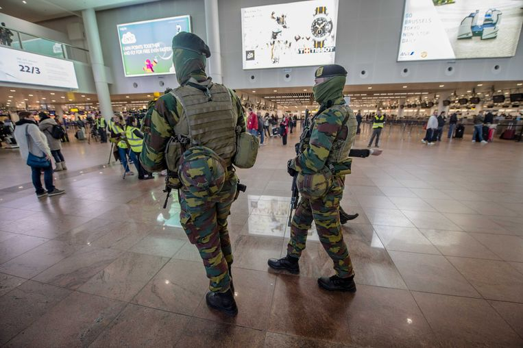 Militairen op de luchthaven van Zaventem. Op sommige gevoelige plaatsen in ons land blijft niveau drie wel gelden.