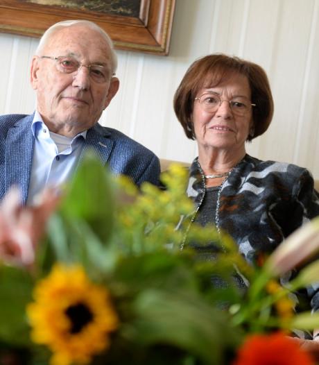 Kusjes op de kermis in Harbrinkhoek begin van 60-jarig huwelijk