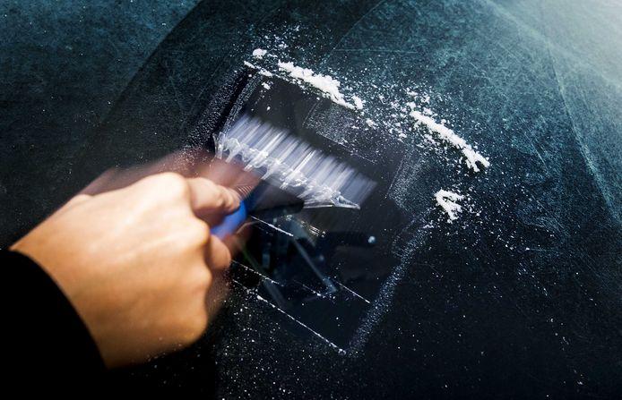 Automobilisten moeten de komende dagen net zoals afgelopen nacht de autoruiten ijsvrij maken.