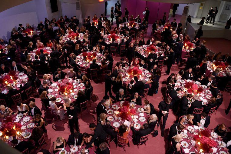 Een overzicht van de sfeer tijdens het 2015 Guggenheim International Gala Dinner, mogelijk gemaakt door Dior bij Solomon R. Guggenheim Museum op 5 November in New York. Beeld Nicholas Hunt