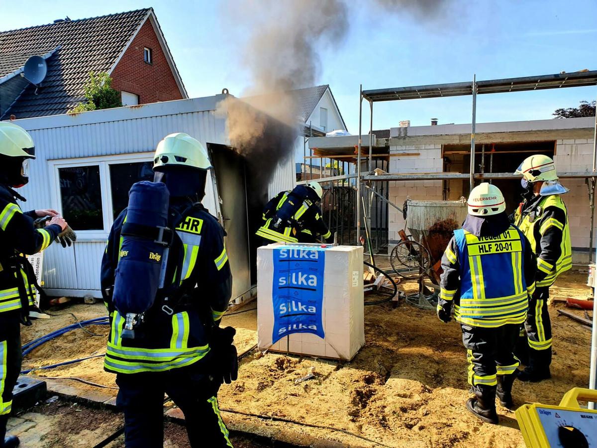 Vredense brandweerhulpverleners in actie bij het bestrijden van het brandje in de schaftkeet.