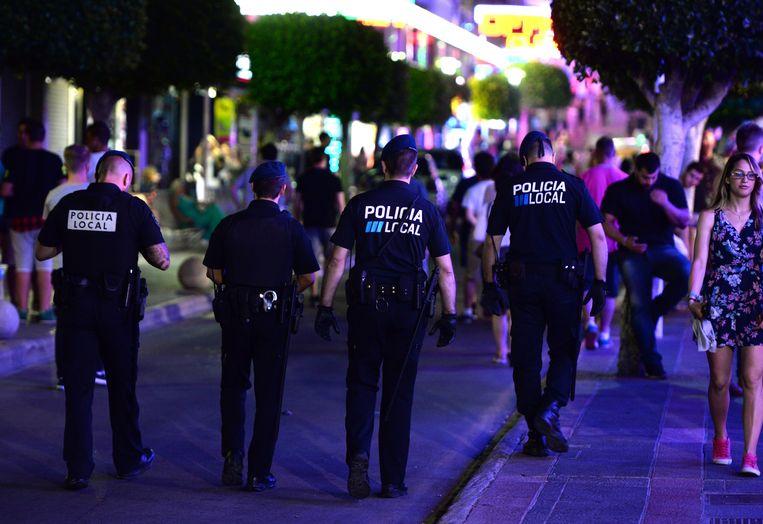 Politie op patrouille in Magaluf, Mallorca.