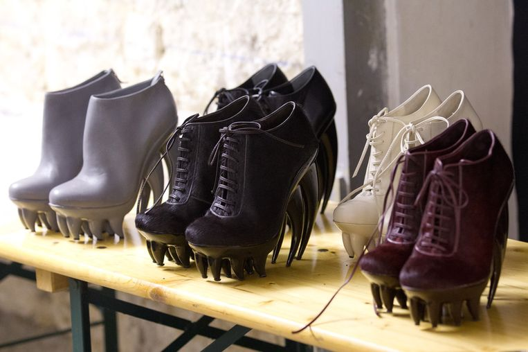 Opvallende schoenen, ontworpen door Iris van Herpen. Beeld getty