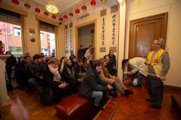 Henk geeft uitleg over de boeddhistische tempel in China Town.