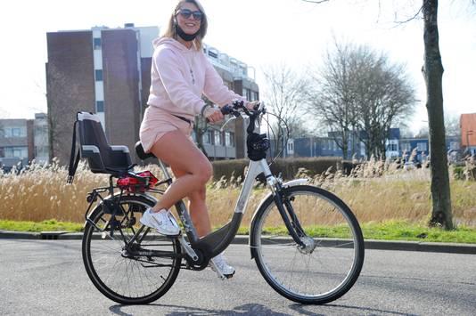 Yva Saukar uit Middelburg stapte vandaag met blote benen op de fiets.