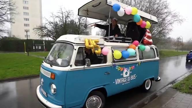 Regi is jarig en dat heeft Vilvoorde geweten: ballonnen, slingers en live concert vanuit een vintage busje