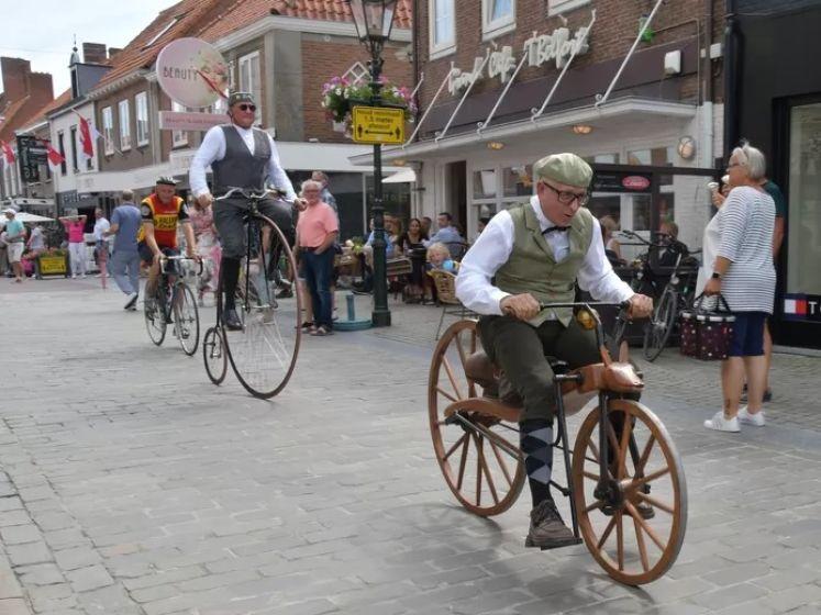 Nieuwe recordpoging fietsen op een historische MacMillan in Sluis