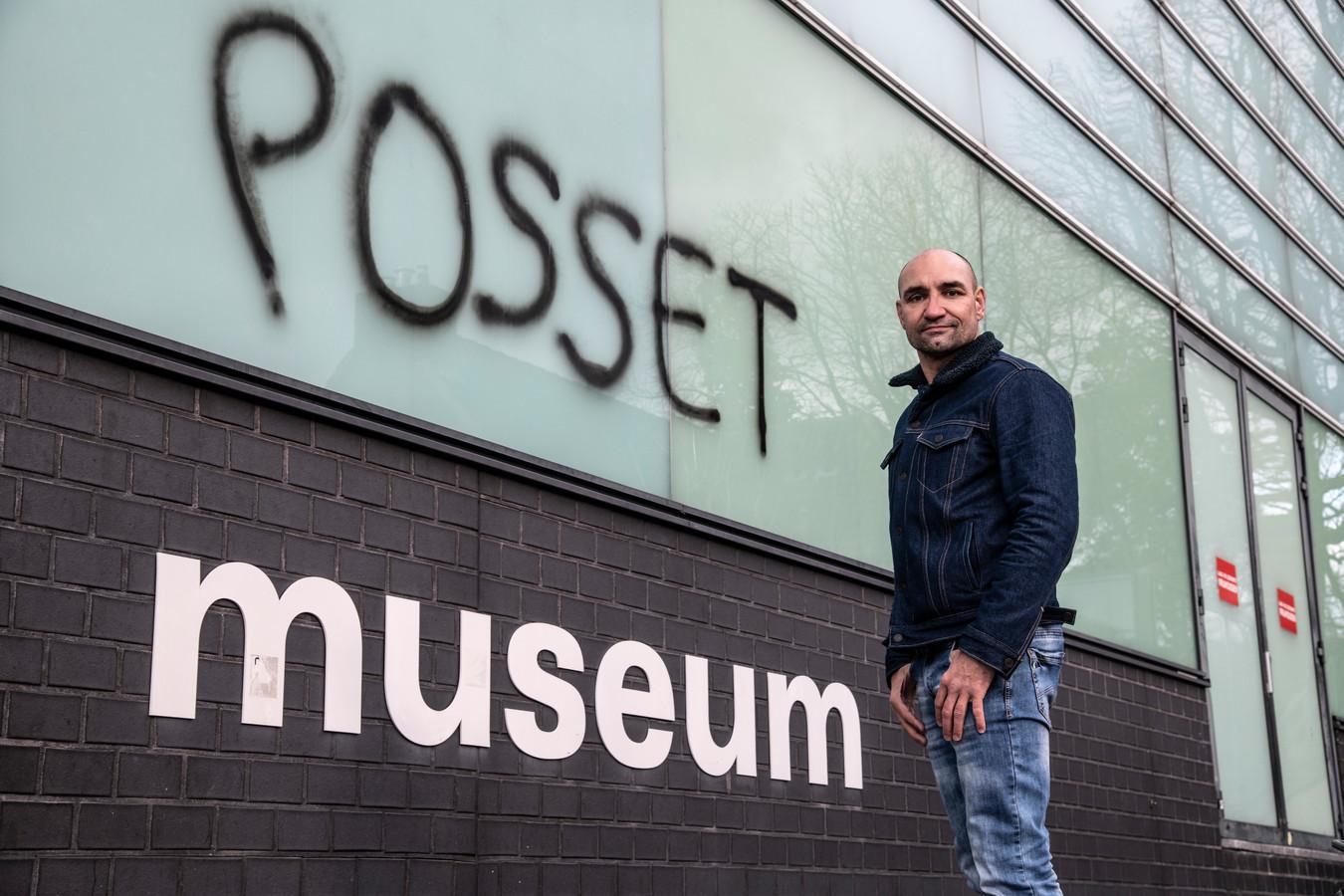 Nijmegenaar Perry Ubeda ergert zich aan handtekening van Bossche kunstenaar Ralp Posset op Museum Het Valkhof.