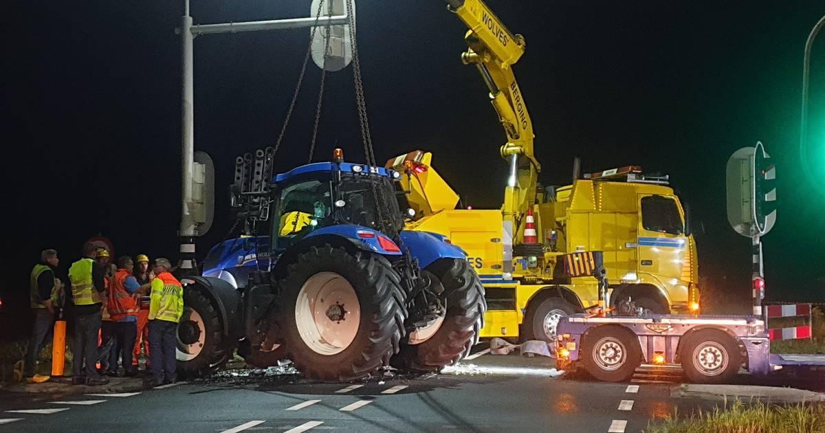 Bestuurder gewond bij ongeluk tussen auto en tractor op N35 bij Wierden, weg dicht.