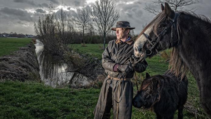 Cor van Schaik in zijn element: buiten in de buurt van het Jaagpad in Nieuwveen, met paard Gabber en pony Juul.