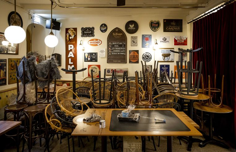 Opgestalpelde stoelen in Proeflokaal De Boom. Tijdens de harde lockdown moeten horecagelegenheden hun deuren gesloten houden.  Beeld ANP