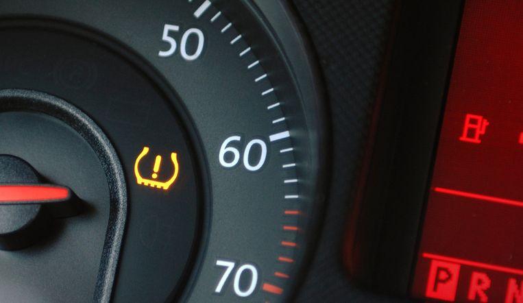 Waarschuwingslampje voor de bandenspanning op een dashboard.    Beeld