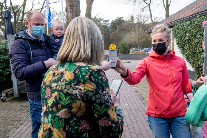 Zwembadbezoekers laten een  negatieve test zien waarna zij naar binnen mogen bij Vakantiepark  Beerzer Bulten.