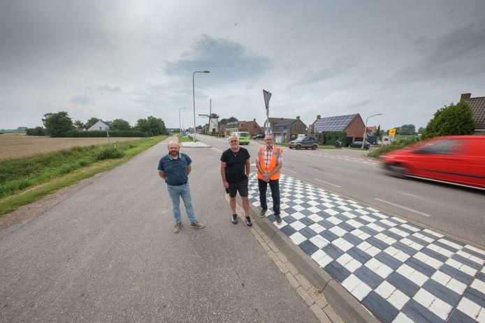 Rond het buurtschap Heense Molen zijn hardrijders aan de orde van de dag: zowel op de provinciale weg als op de parallelweg. Hubert Visser, Hans van Linschoten en Daan Spieringhs trekken aan de bel.