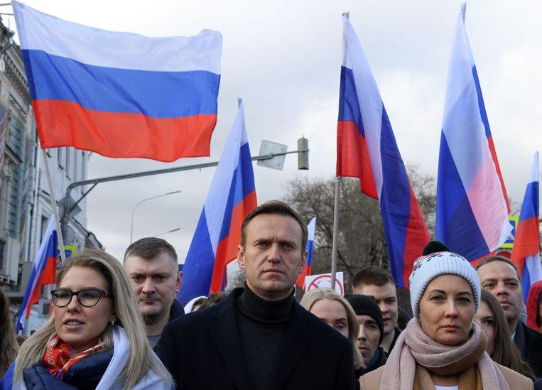 De Russische oppositieleider Aleksej Navalny (midden) tijdens een herdenkingsmars voor de vermoorde Kremlincriticus Boris Nemtsov in februari in Moskou. Beeld AFP