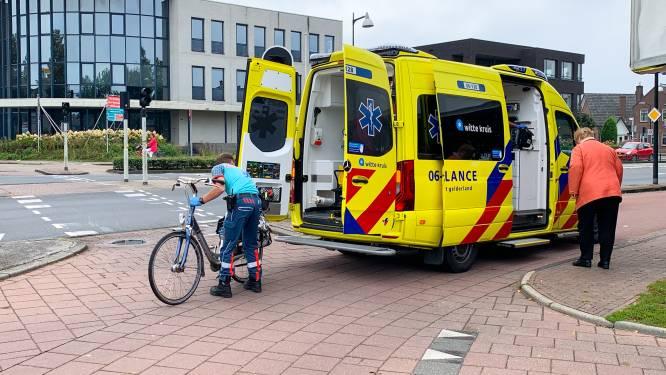 Ambulance brengt gevallen vrouw in Apeldoorn naar huis, met de fiets (!) op de brancard