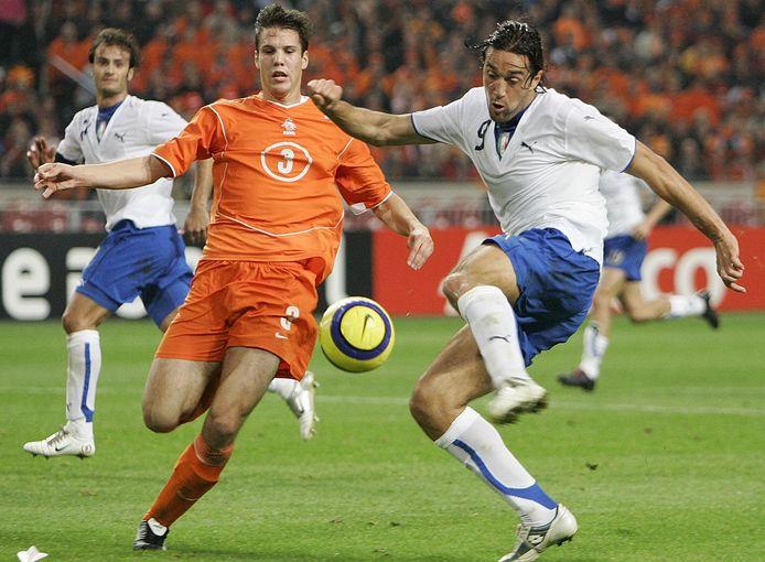 De wedstrijd waarin Ron Vlaar tegen Italië debuteerde in de basis van Oranje en werd weggespeeld door Luca Toni