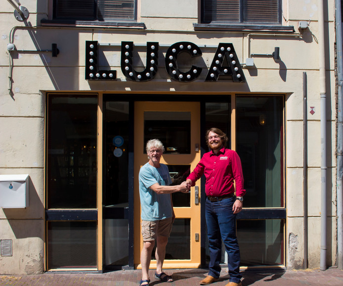 Oud-eigenaar Gerard Swinkels (links) en Unitas-voorzitter Lucas Hoevers drukken elkaar de hand voor Het Gat alias Luca in Wageningen