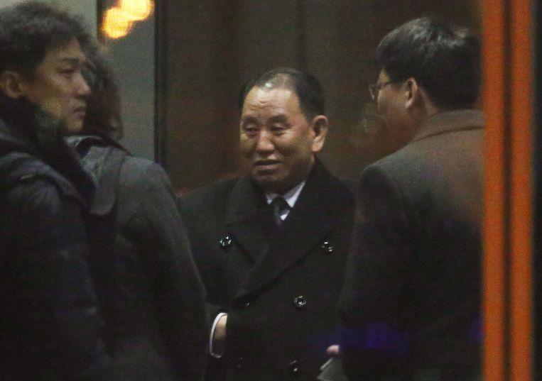 Kim Yong Chol, midden, donderdag op de luchthaven van Peking. Hij vloog daarna door naar Washington.  Beeld AFP