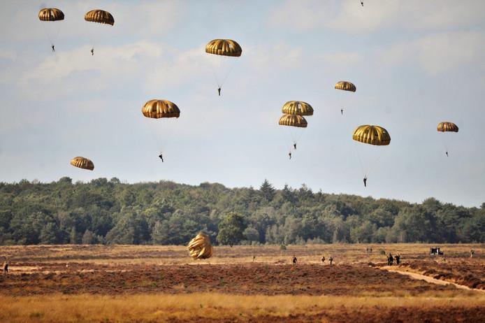 Parachutisten op weg naar de grond op de Ginkelse Heide.