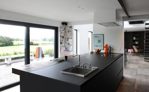 De keuken zit nu vooraan om ook achter het fornuis van het uitzicht te kunnen genieten.