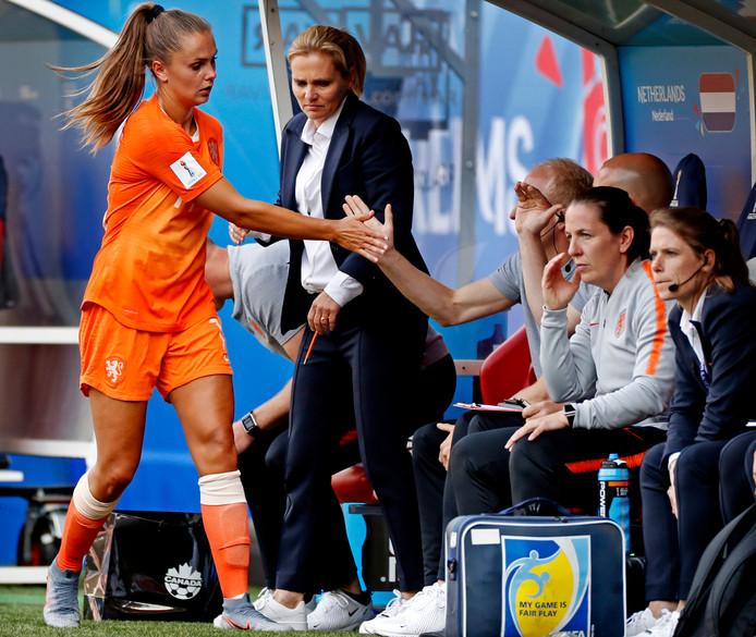 Lieke Martens wordt gewisseld door bondscoach Sarina Wiegman.