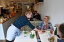 Gastvrouw Marieke bedient de gasten.