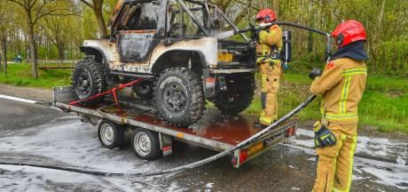 Jeep op aanhangwagen vliegt spontaan in brand onderweg naar APK-keuring