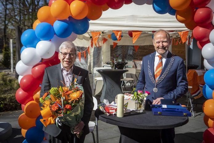 Burgemeester Patrick Welman was naar woonzorgcentrum 'De Hunenborgh' gekomen om een koninklijk lintje uit te reiken aan Berthold ten Vergert vanwege diens jarenlange inzet voor de geloofsgemeenschap van de voormalige Emmausparochie.