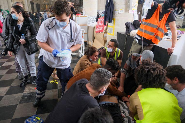 De Gentse actievoerders zijn solidair met de Brusselse hongerstakende sans-papiers. Beeld Marc Baert