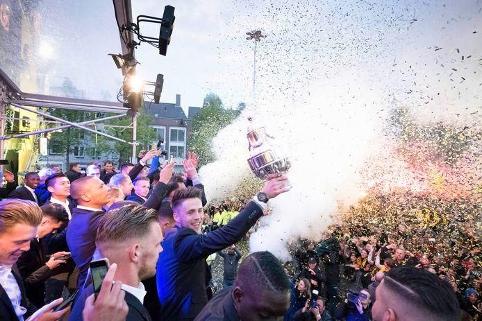 Ricky van Wolfswinkel toont de cup aan een bomvolle Markt tijdens de huldiging in 2017.