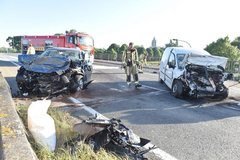 Rechts de bestelwagen van slachtoffer Stephan Deriemaeker, links de auto van de spookrijder op de N60.