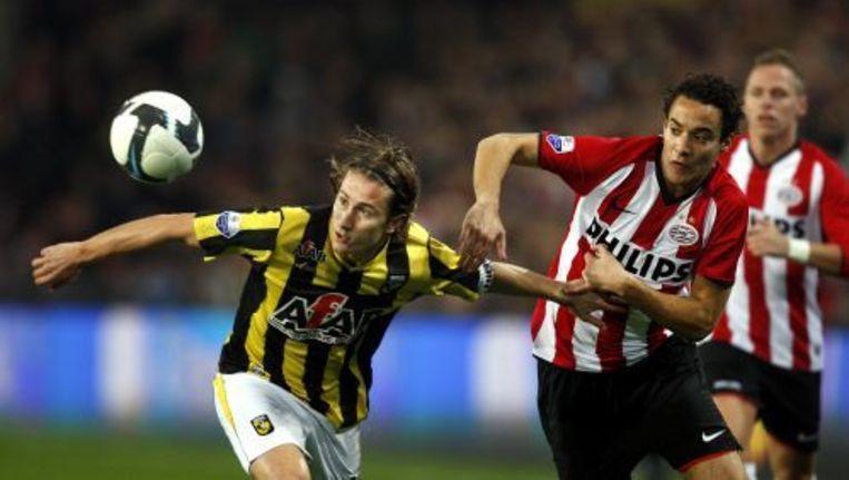Vitesse-aanvoerder Paul Verhaegh en Otman Bakkal (R) van PSV strijden om de bal tijdens de eredivisiewedstrijd PSV-Vitesse in Eindhoven. ANP Beeld