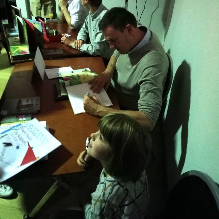 Raf Missorten en Carsten houden samen een signeersessie.