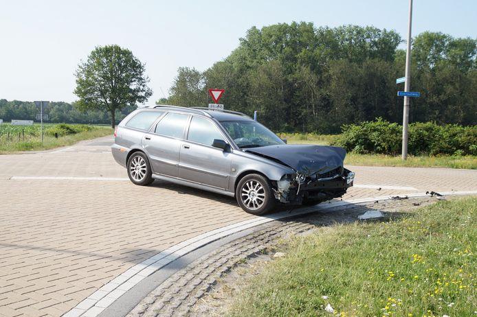 De brandweer moest de bestuurder uit één van de twee wagens knippen. De andere auto raakte beschadigd, maar de inzittende niet gewond.