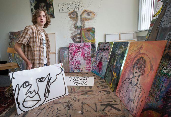 De Bredase kunstenaar Mees van de Voren (17) in zijn atelier.